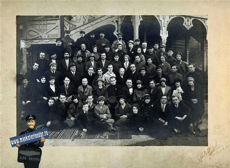 Краснодар. Неизвестная труппа перед зданием Летнего театра в Городском саду, 20-е годы.