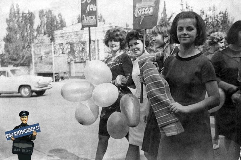 Краснодар. Участники Первомайской демонстрации на углу Шаумяна и Северной..