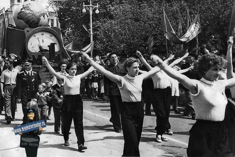 Краснодар. Первомайская демонстрация. Завод ЗИП, 1 мая 1958