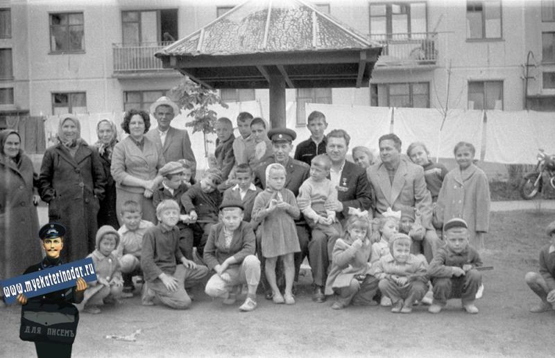 Краснодар. Петр Михайлович Гаврилов с жильцами дома