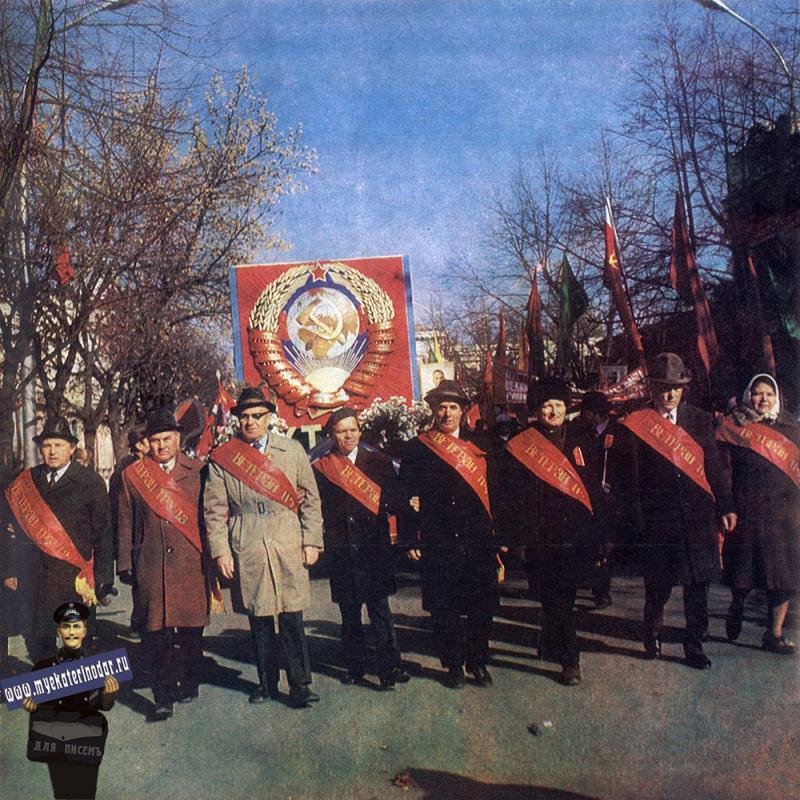 Краснодар. Ветераны труда ЗИПа на ноябрьской демонстрации, 1976 год