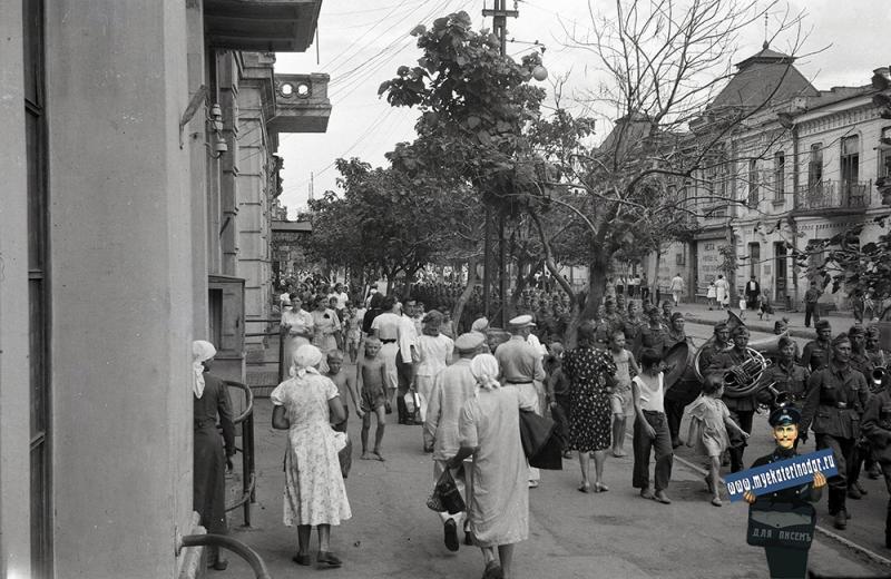 Краснодар. Проход колонны немецких войск по ул. Красной, август 1942 года