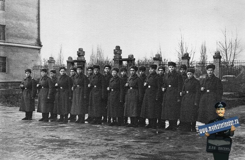 Краснодар. Развод караула перед проходной училища, конец 40-х.