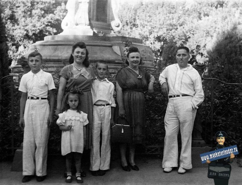 Краснодар. Семья Комарь у памятника Свердлову