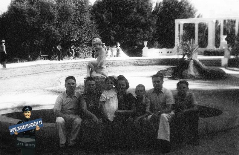 Краснодар. Семья Комарь в Горпарке, июль 1956 года.