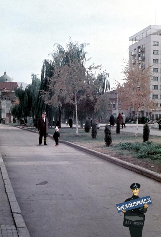Краснодар. Скверик во дворе Театра Оперетты, 1971 год