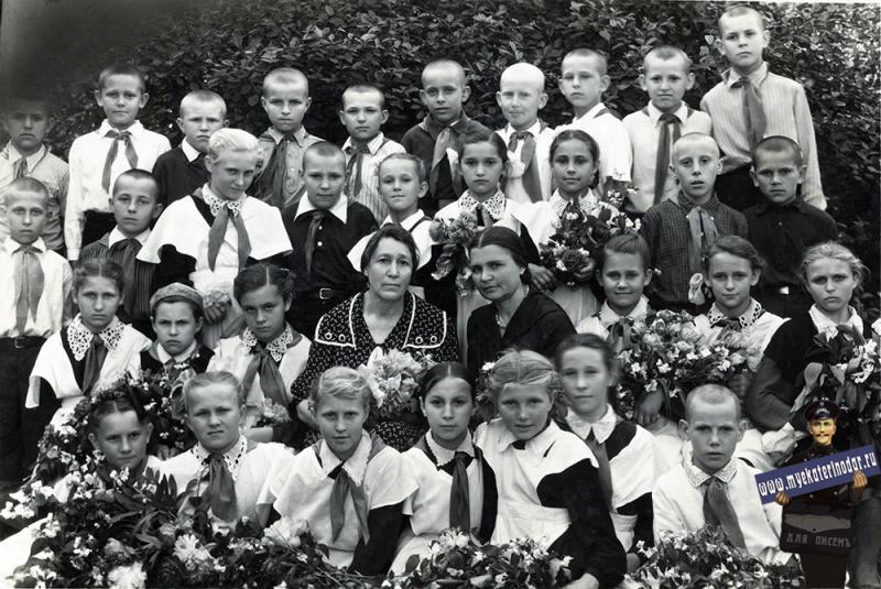 "Краснодар. СШ №30. 4 ""В"" класс, 1957 год"