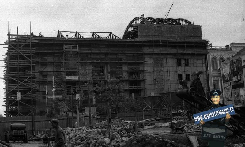 Краснодар. Строительные работы на углу улиц Сталина и Гоголя.