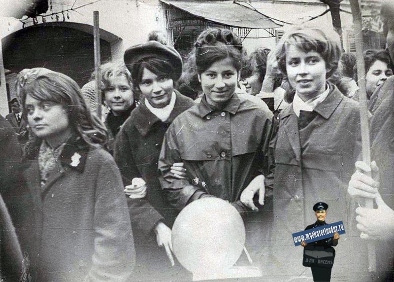 Краснодар. Студентки экономфака КПИ на ноябрьской демонстрации 1966 года