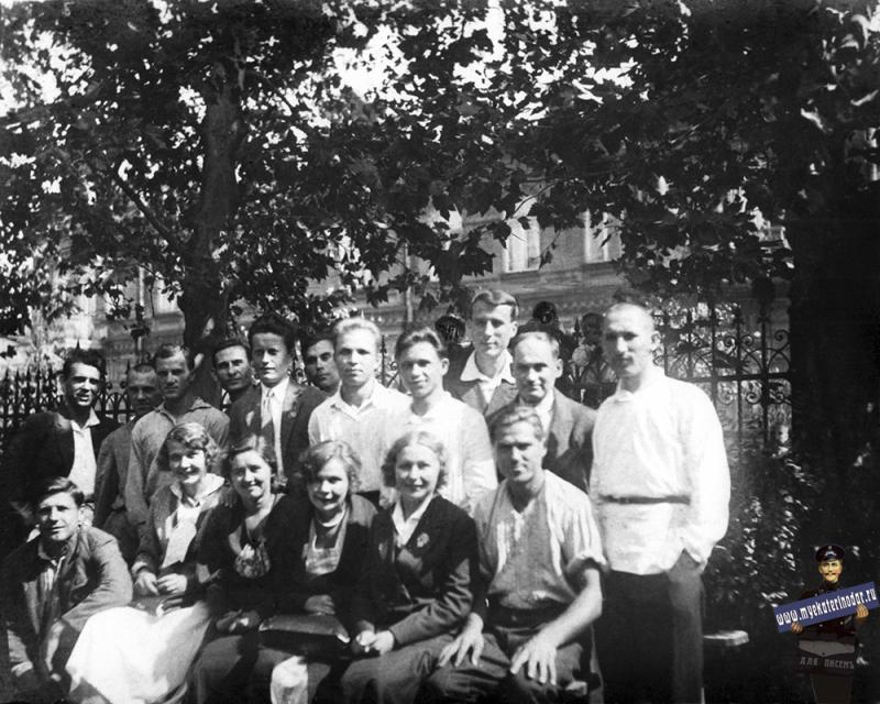 Краснодар. Студенты ВИММП в сквере у здания института, 1936 год.