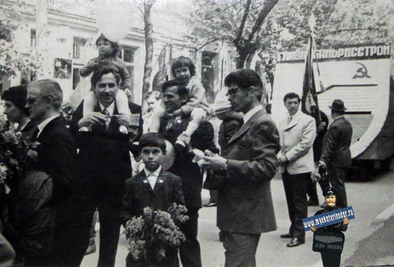 """Краснодар. Трест """"Краснодарнефтегеофизика"""" на демонстрации 1 мая 1971 года"""