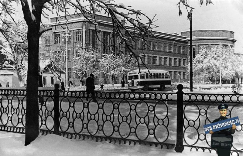 Краснодар. Вид на здание института пищевой промышленности (улица Сталина, 135) от перекрёстка улиц Сталина и Колхозной. Декабрь 1951 года