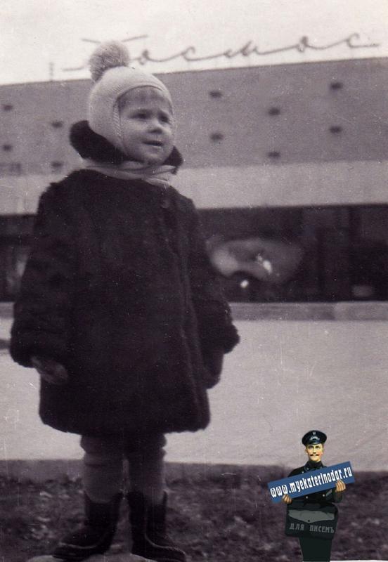 """Краснодар. У кинотеатра """"Космос"""", февраль 1974 года"""