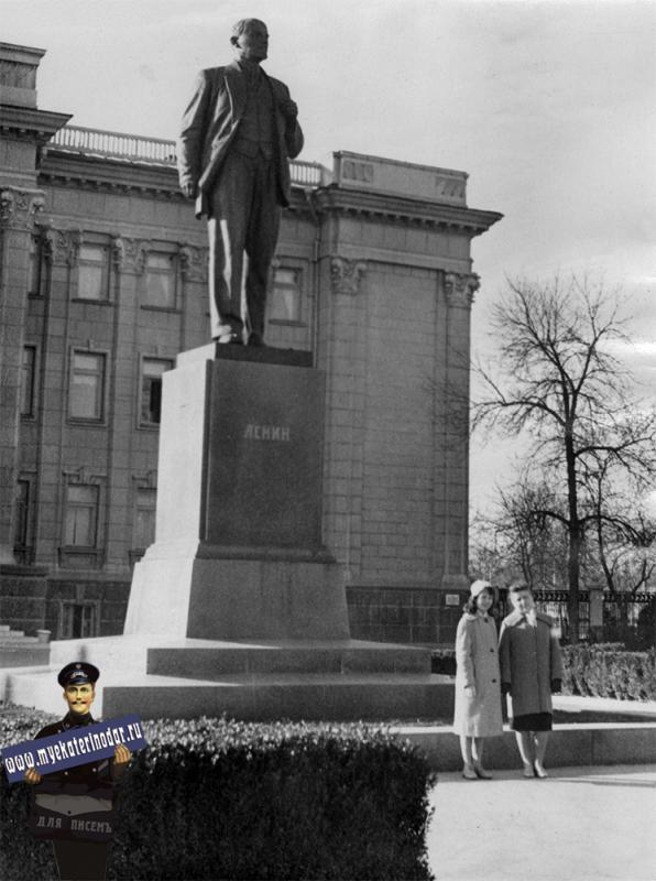Краснодар. У Крайкома партии. 3-й курс. Февраль 1961 года.