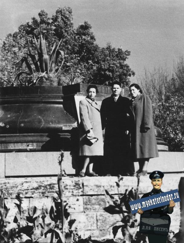 Краснодар. У остатков памятника Императрице Екатерине, 1956 год.