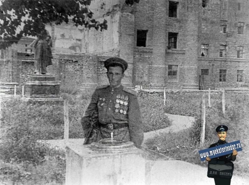 Краснодар. У разрушенного корпуса Краснодарской Высшей Авиашколы Штурманов ВВС