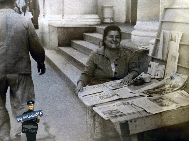"""Краснодар. У входа в кинотеатр """"Россия"""",  1962 год"""