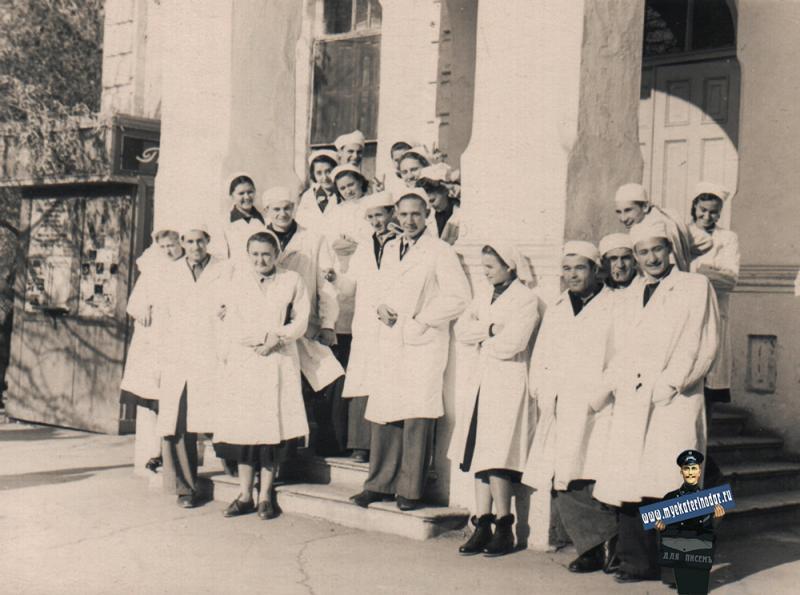 Краснодар. На углу улиц Сталина и Клары Цеткин, у входа в 1-ю городскую больницу, около 1954 года