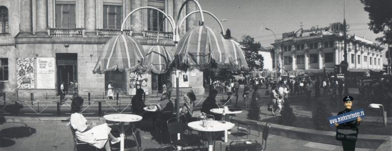 "Краснодар. Угол улиц Красной и Гоголя, кафе ""Рубин"" у Дома Книги, 1988 год"