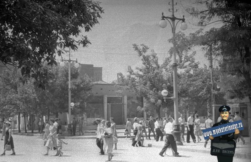 """Краснодар. Отделочные работы в кафе """"Светлячок"""", 1963 или 1964 год."""