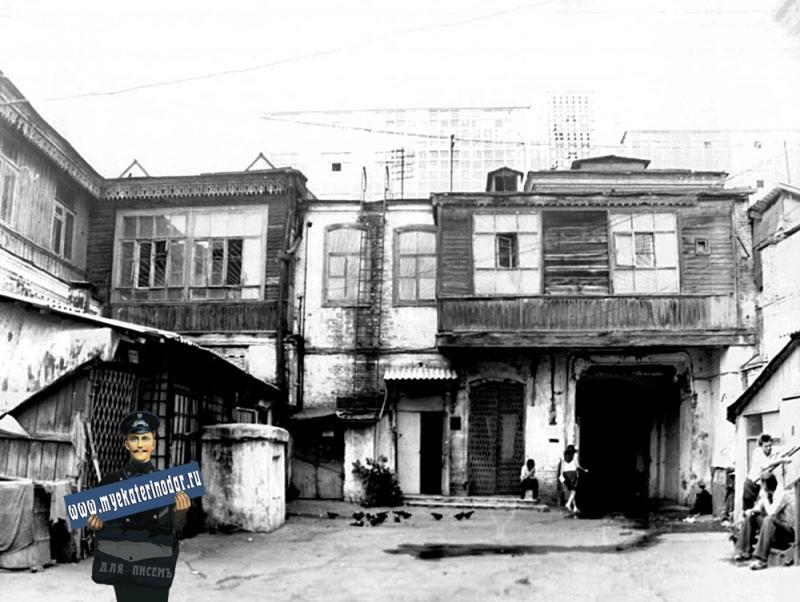 """Краснодар. Улица Красная, 70. Магазин """"Игрушки"""", жилой дом. Вид со двора."""