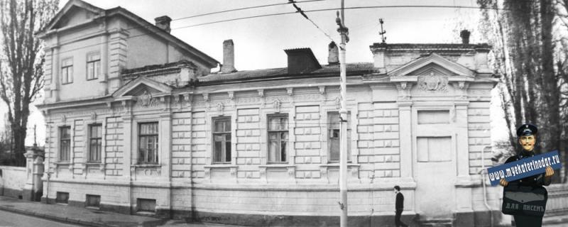 Краснодар. Улица Мира, 82. Жилой дом. Бывший дом Акулова Ф.М.