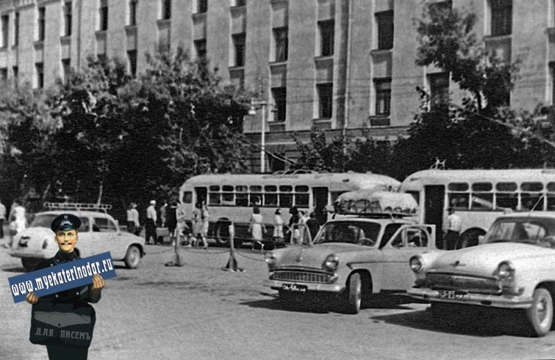 Краснодар. Улица Шаумяна. Колхозный рынок. Автотуристы из Калинина по дороге на Черное море.
