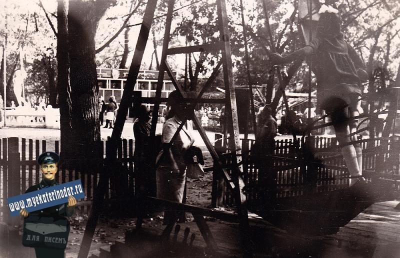 Краснодар. Горпарк, детская площадка у пруда.