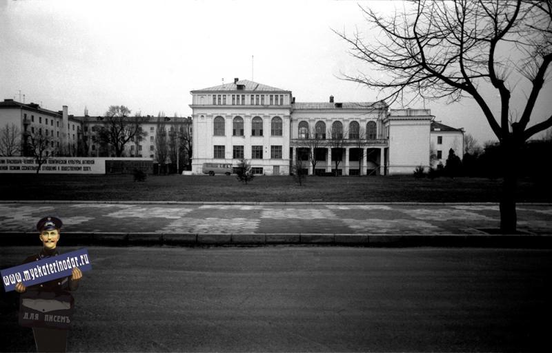 Краснодар. Вид на библиотеку им. А.С. Пушкина с улицы Советской, 1980 год