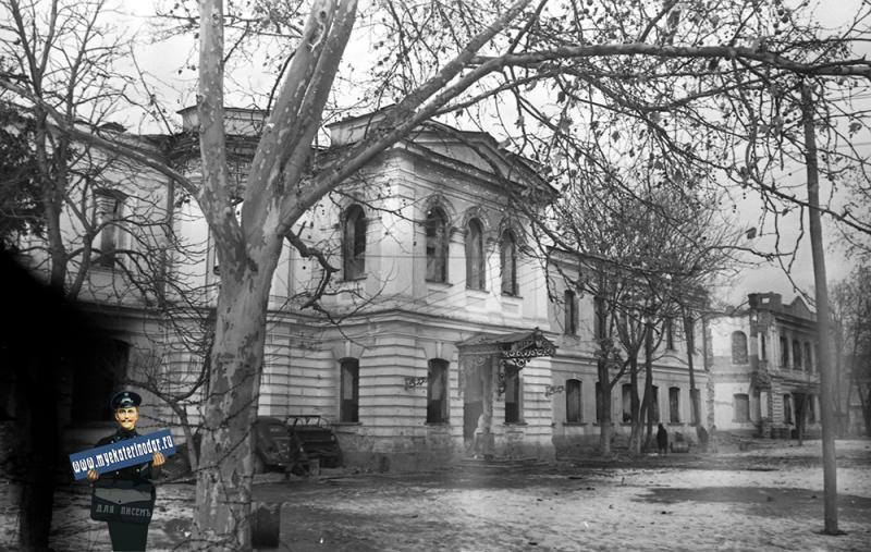 Краснодар. Вид на резрушенное бывшее здание Александровского реального училища, 1943 год