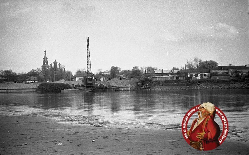 Краснодар. Вид на ул. Кубано-Набережную из-за Кубани, 1968 год