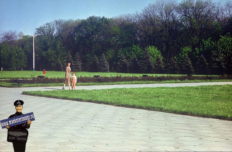 """Краснодар. Возле мемориала """"Жертвам фашизма"""" в Первомайской роще, 1987 год"""