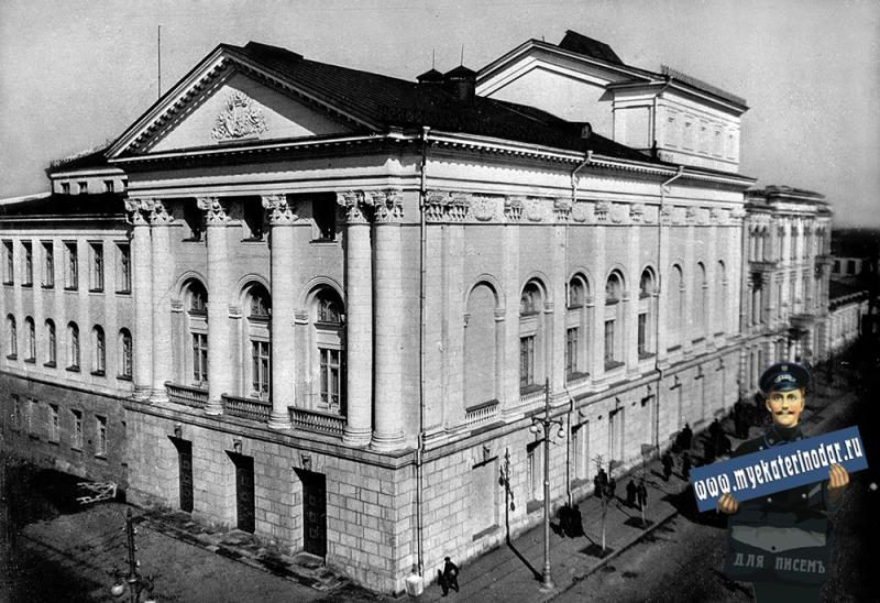 Краснодар. Здание драмтеатра имени М. Горького ещё не открытого после реконструкции.