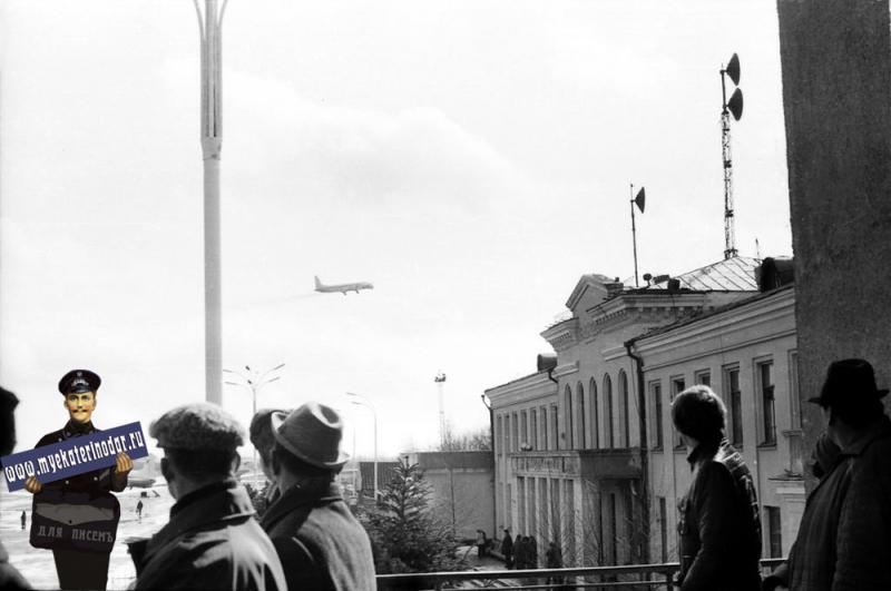 Краснодар. Пашковский аэропорт. Вид на южную часть стоянок с балкона.