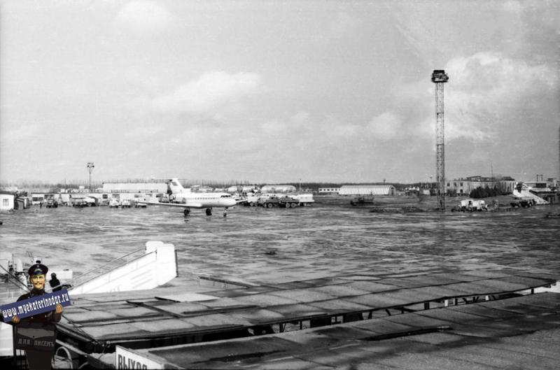 Краснодар. Пашковский аэропорт. Вид с балкона на лётное поле (на северо-восток)