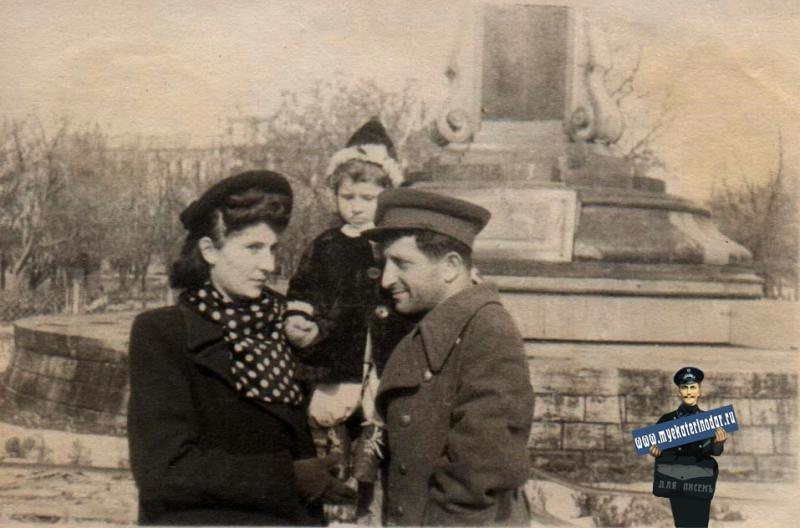 Краснодар. У памятника Свердлову, 1947 год
