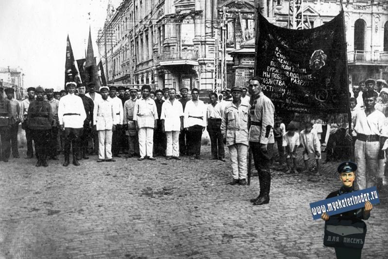 Краснодар. Подготовка к шествию по случаю приезда в город М.И. Калинина. 1923 год.