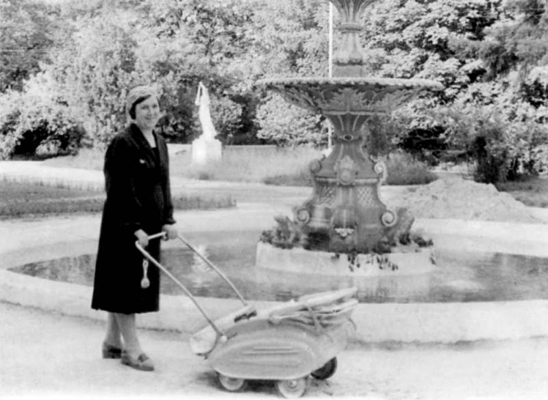 Краснодар. В мае у фонтана в парке им. Горького, 1960 год.