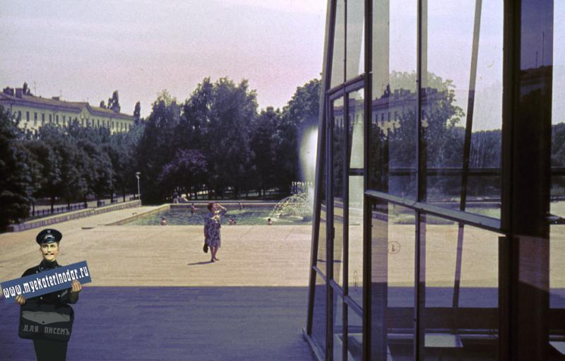 """Краснодар. В тени здания кинотеатра """"Аврора"""", 1989 год."""