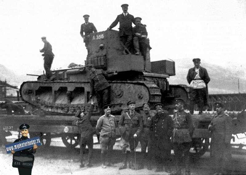 """Новороссийск. Выгруженный с парохода танк MK-A """"Уиппет"""", установленный для отправки в Екатеринодар."""